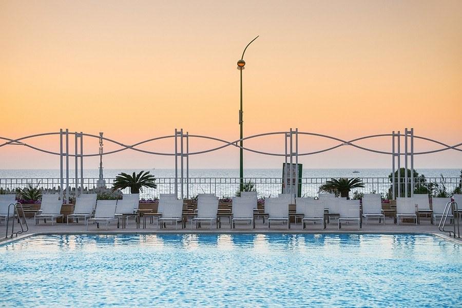 נוף של בריכת המלון