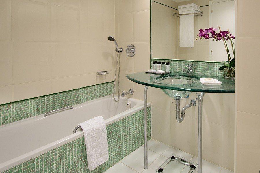 חדר אמבטיה בחדר סופיריור