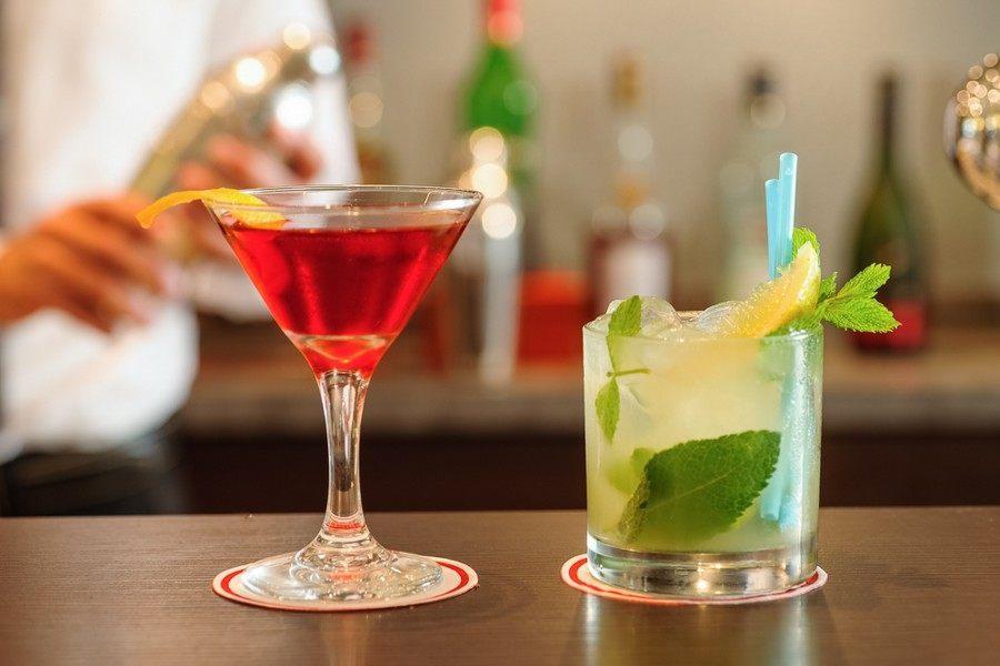 קוקטיילים ומשקאות בבר המלון