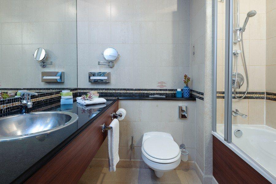 חדר אמבטיה בחדר אקסקיוטיב