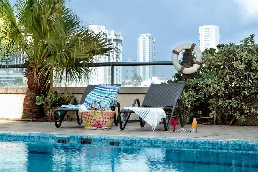 הבריכה במלון לאונרדו סיטי טאואר