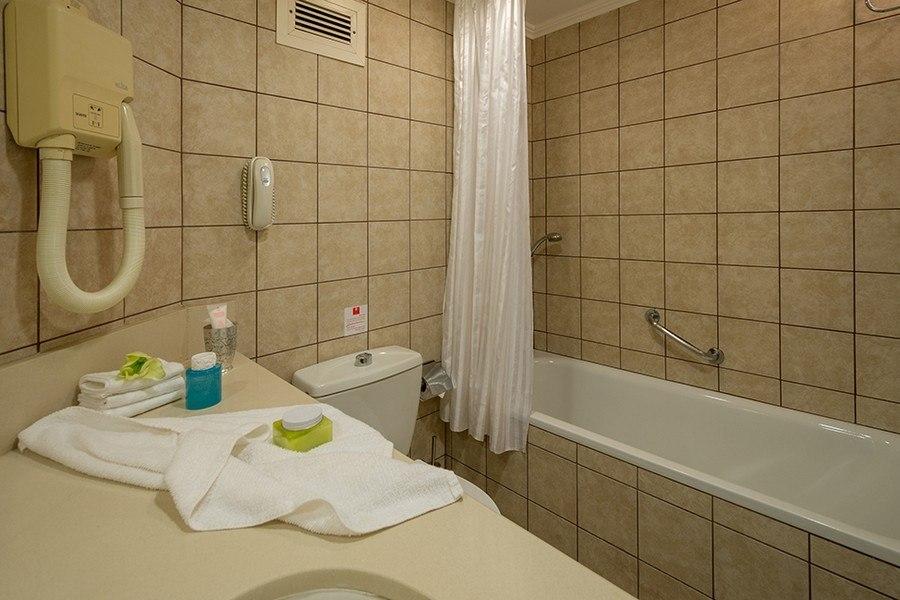 חדר אמבטיה - לאונרדו קלאב ים המלח הכל כלול
