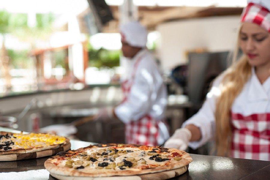 הכנת פיצה במלון