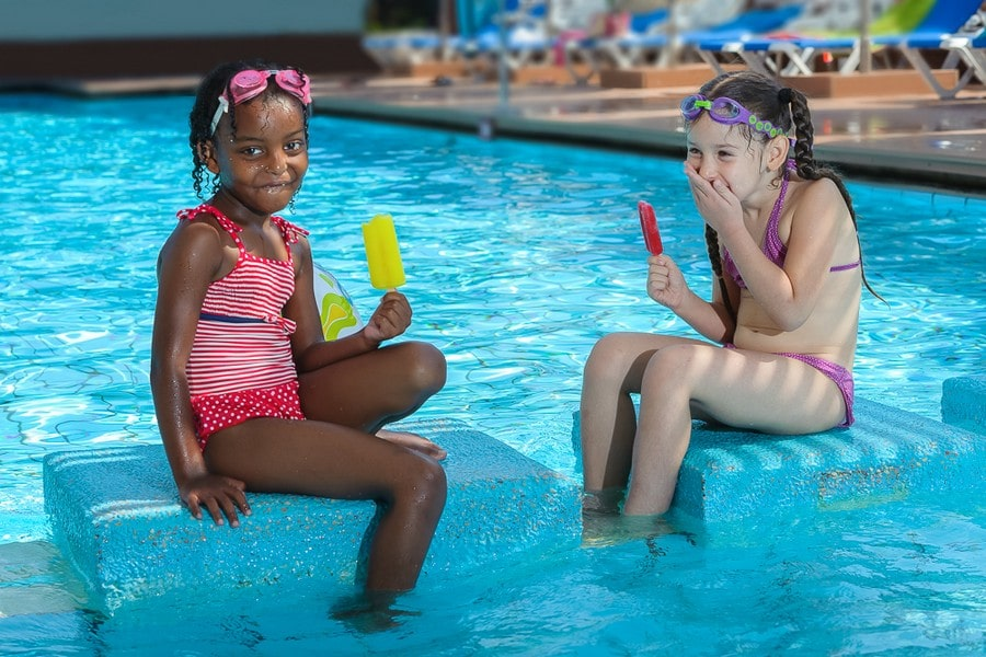 מבלים בבריכת השחייה