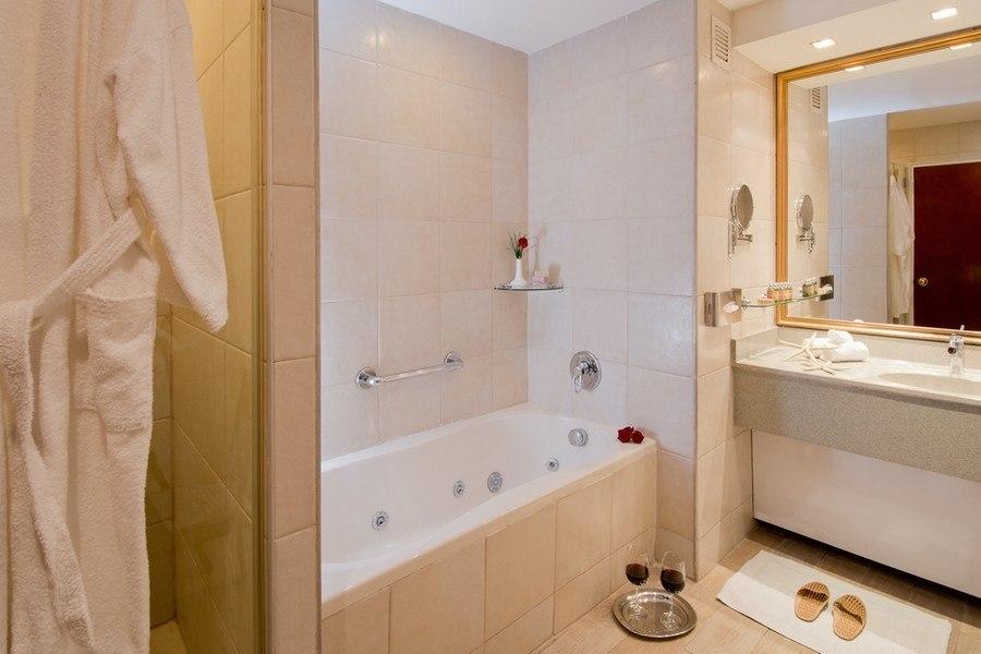 חדר אמבטיה בסוויטת אקסקיוטיב