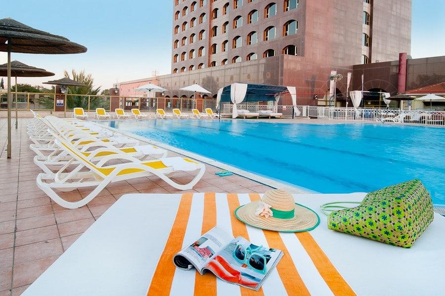 בריכת השחייה במלון
