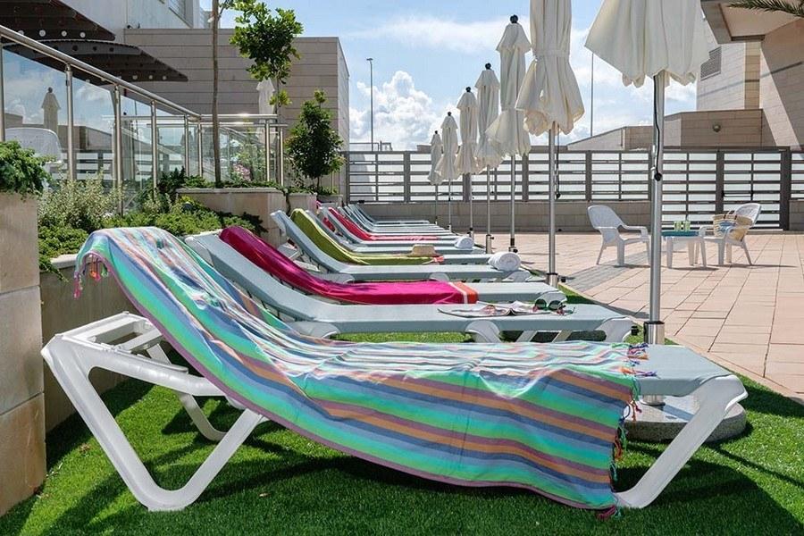 מיטות שיזוף סביב בריכת המלון