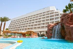 מפל מים בבריכת המלון
