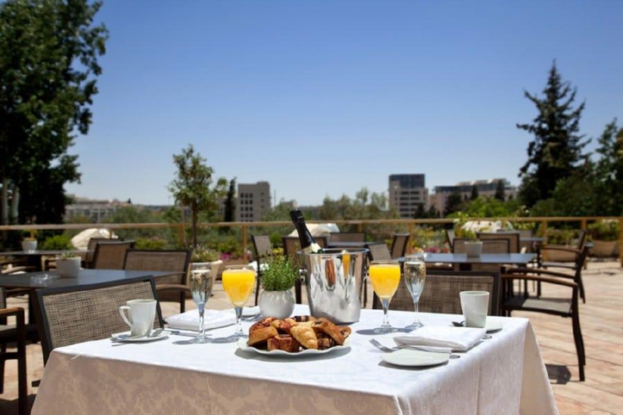 ארוחת בוקר במרפסת
