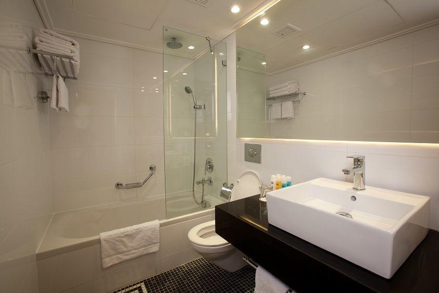 חדר אמבטיה בחדר קלאב - לאונרדו פלאזה ירושלים