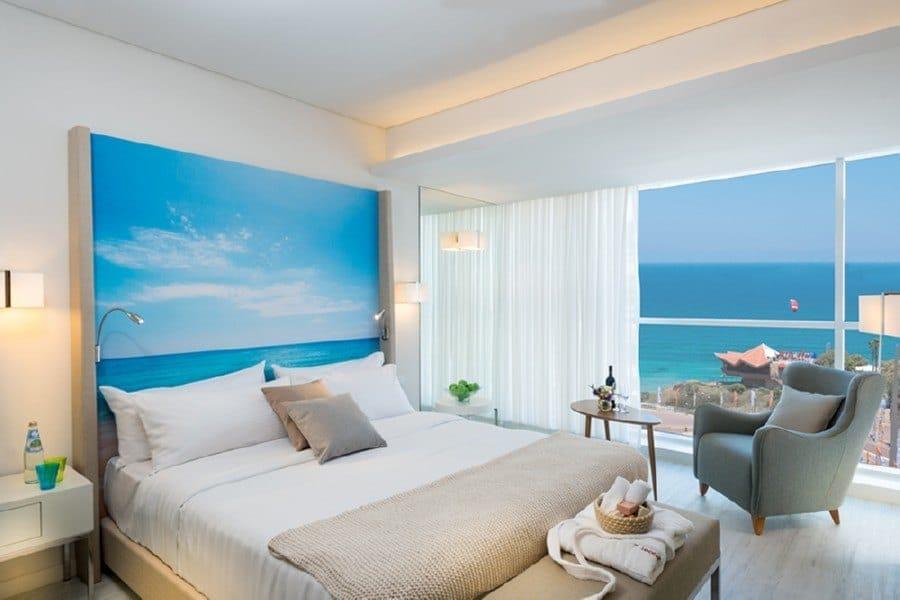 חדר דלקס במלון לאונרדו פלאזה נתניה