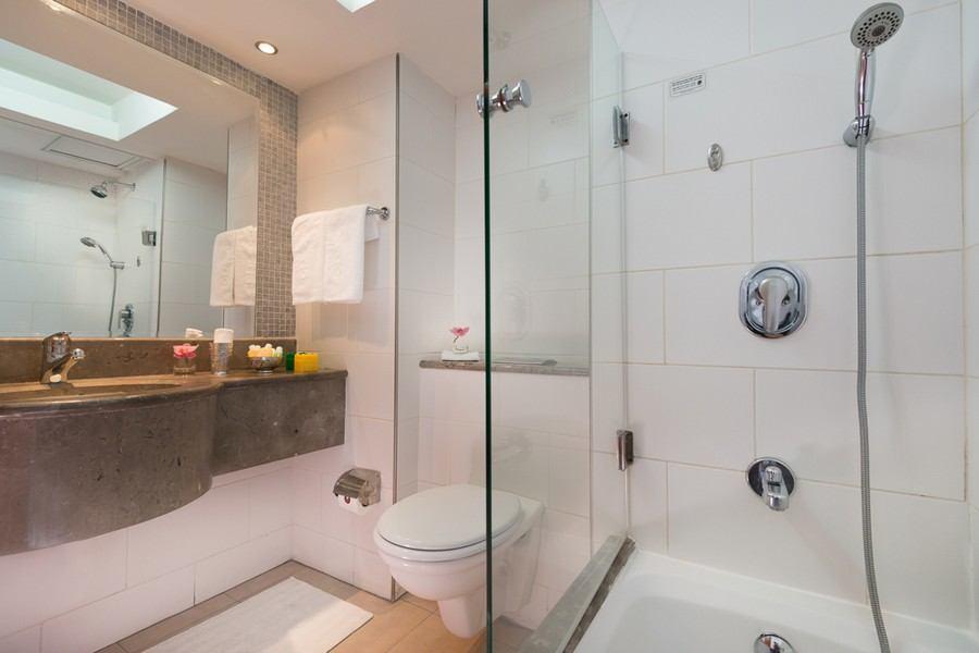 חדר אמבטיה בחדר סטודיו
