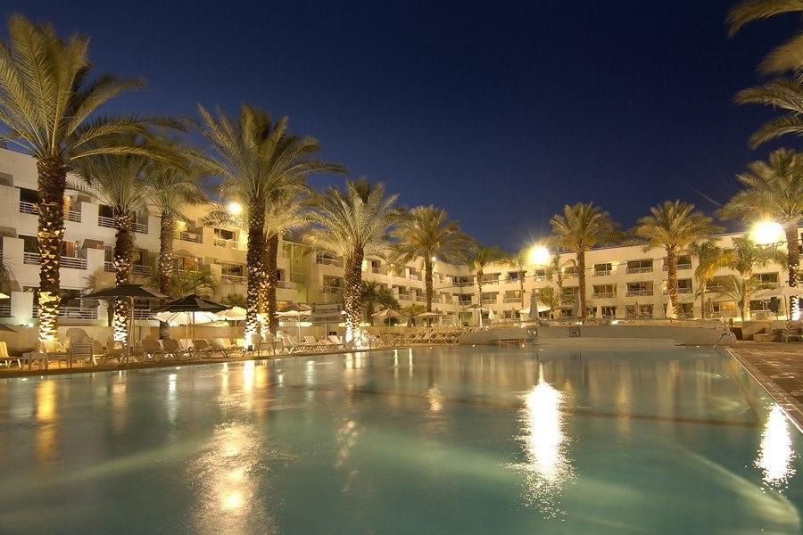 בריכת המלון בלילה