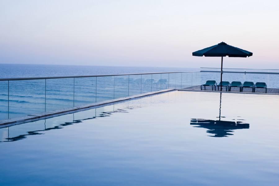 בריכת מלון לאונרדו סוויט בת ים