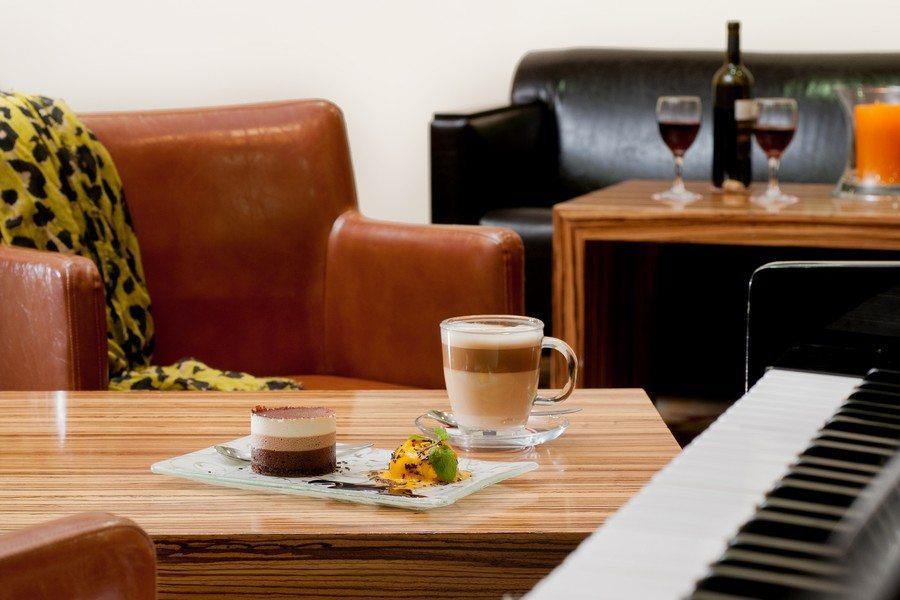 קפה ועוגה בלובי המלון