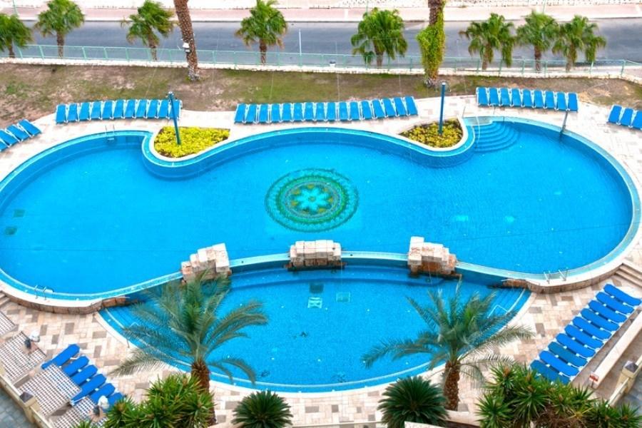 הבריכה במלון לאונרדו פלאזה ים המלח