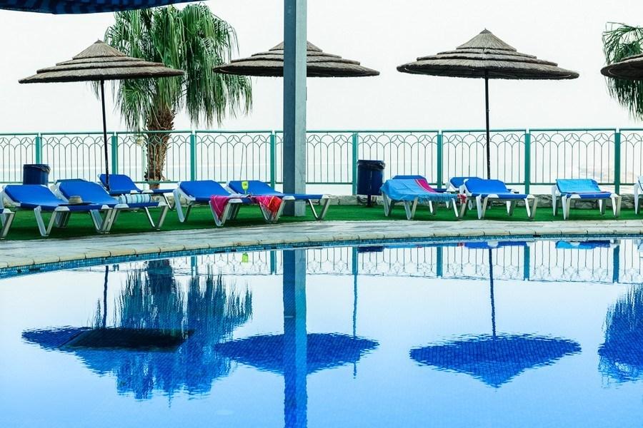 רחבת הבריכה במלון