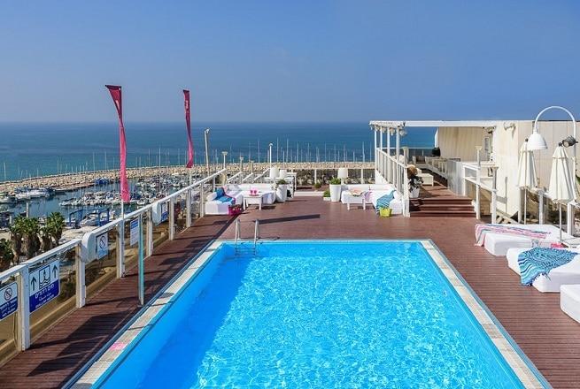 הבריכה במלון לאונרדו ארט תל אביב