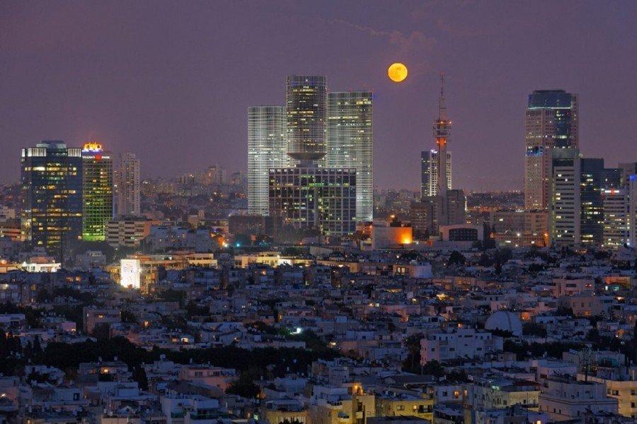 ירח מעל שמי תל אביב